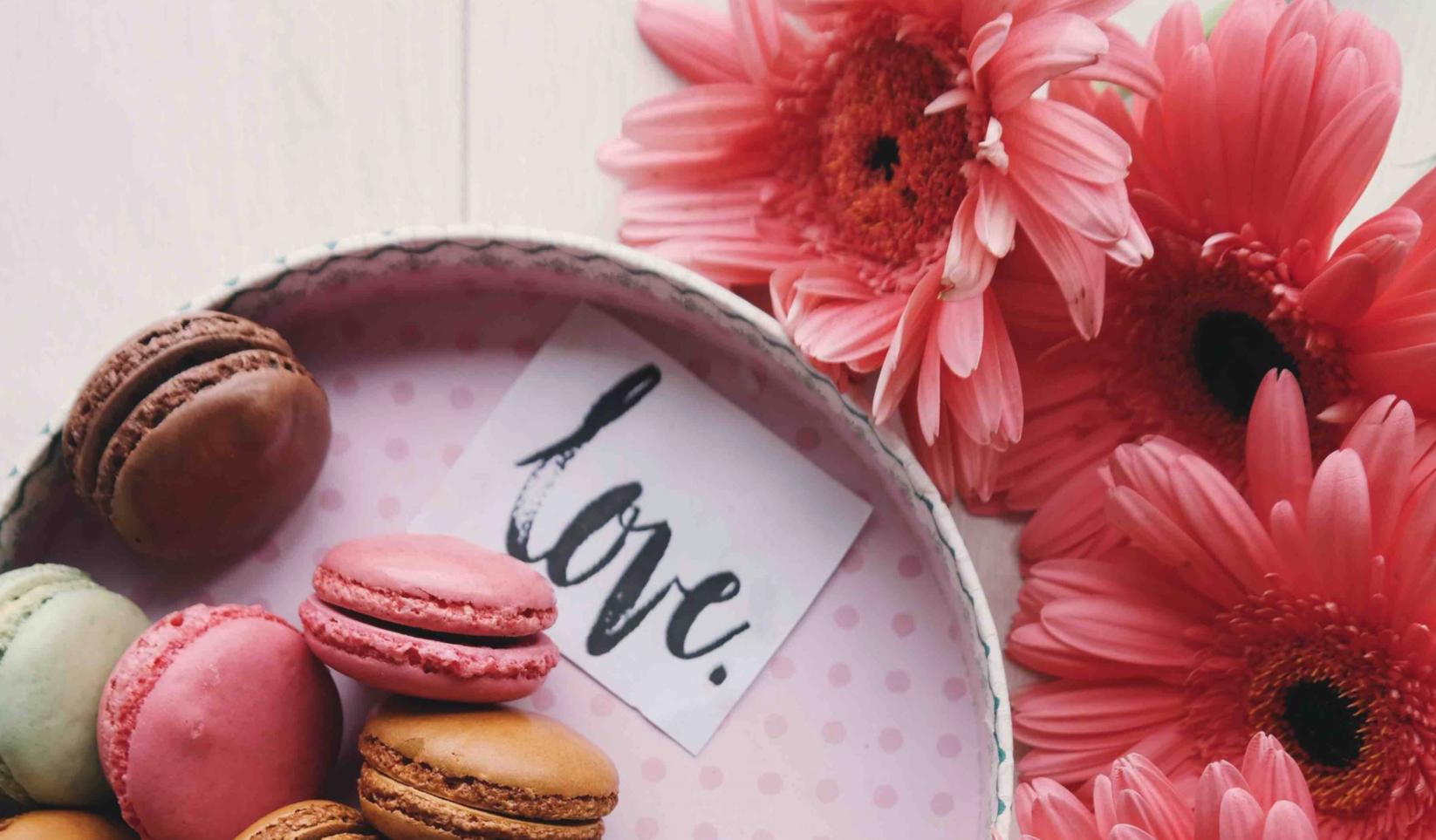 Boite d'amour : fleurs et macarons