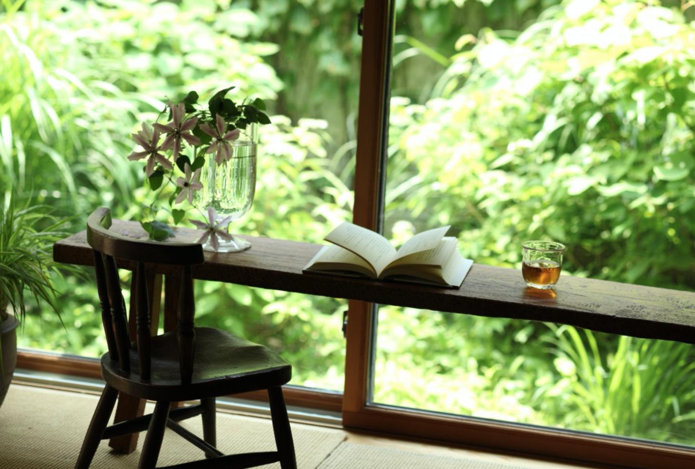 Petite table et chaise en bois, nature, thé : simplicité et abondance