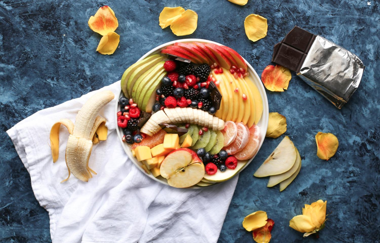 Plats de fruits frais colorés : énergie et vitalité, c'est l'été !