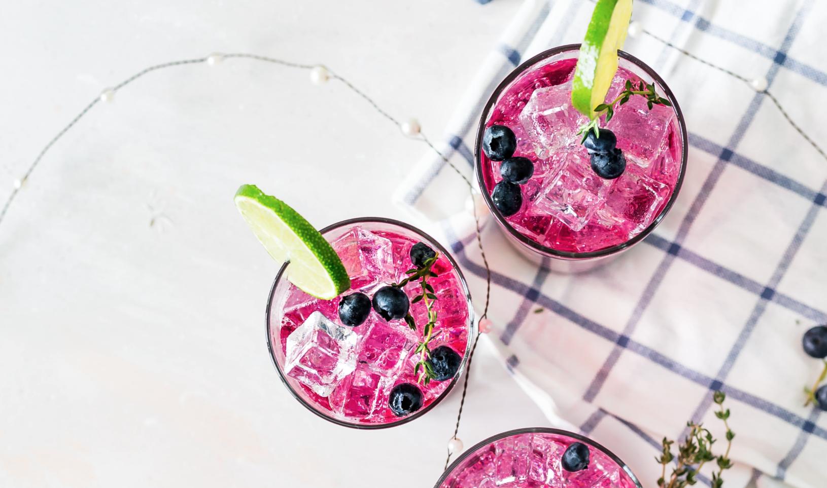 Trois verres de jus de fruits frais avec glace et citron vert