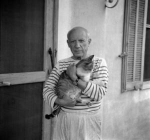 Pablo Picasso avec son haut rayé et son chat dans les bras