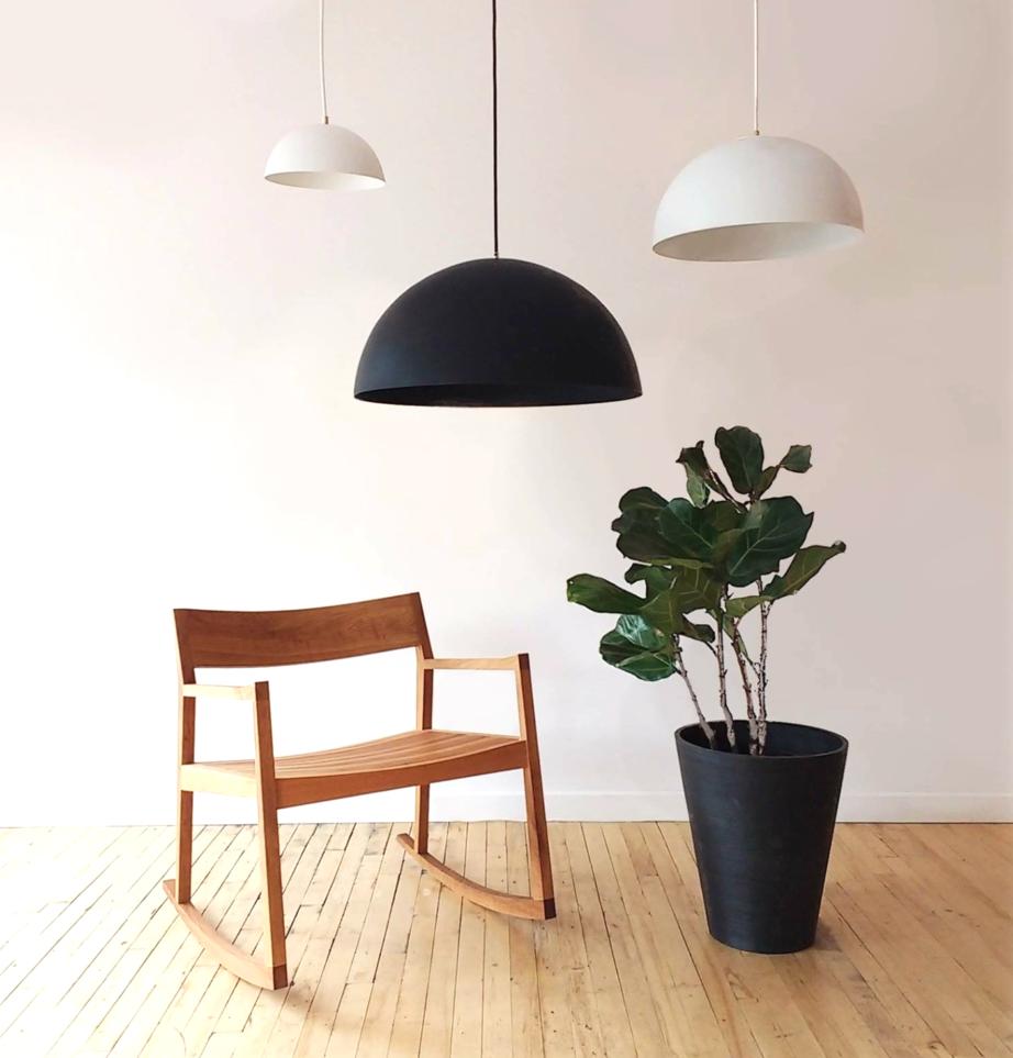 Chaise de bois, plante verte et trois lampe suspendues : calme et élégance