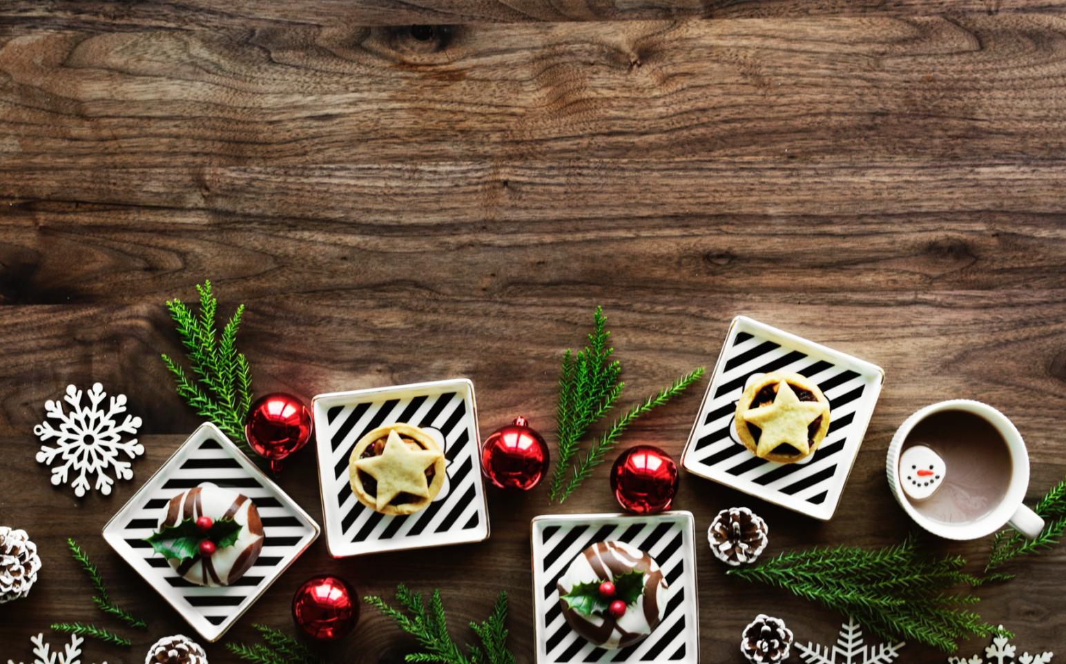 Biscuits et thé de Noël sur une table de bois
